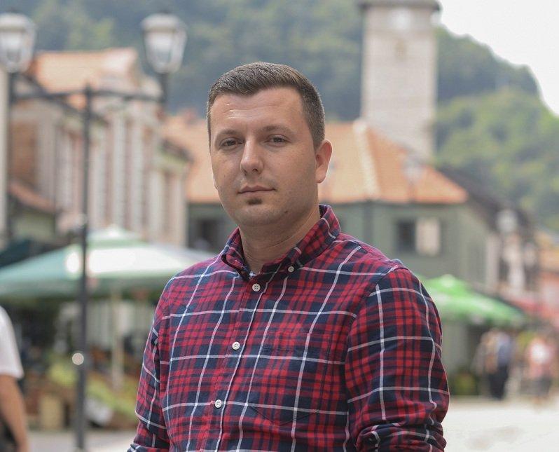 Ajdin Topčagić, pravnik i aktivista: Sistem voli nepismene i polupismene  građane, jer je s njima lako manipulisati – Mreža za izgradnju mira